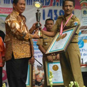 Photo : Lembaga Prestasi Indonesia (LEPRID) Paulus Pangka,SH, Tengah Memberikan Penghargaan Kepada Lurah Pekojan Tri Prasetyo Utomo