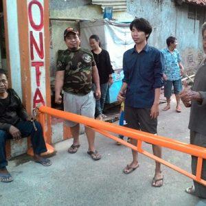 Photo : Ketua RT.003 Firdaus Bersama Atam, Kamtib RW.02 Maman, Dan Warga