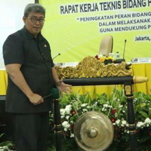 Wakil Jaksa Agung Dr. Arminsyah Memukul Gong Tanda Dibukanya Rakernis Datun Kejaksaan RI, Di Aula Pradata Kejaksaan Agung (Kejagung), Rabu (25/7/2018).