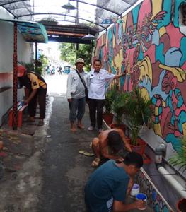 Di Jembatan Lima, Ketua RT.013 Hias Wilayahnya Dengan Ekspresi Warna Warni