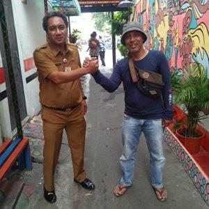 Kasi Ekonomi, Pembangunan, dan Lingkungan Hidup Kelurahan Jembatan Lima, Arif Syamsudin, S. Sos, bersama Aryanto, Ketua RT.013