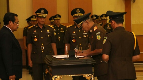 Jaksa Agyng Prasetyo (kiri) saat melantik Sartono (kanan) jadi Kajati Lampung_1