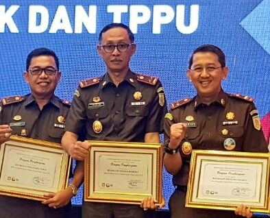 Mitra Penegakan Hukum Pidana Terbaik Tahun 2018 yakni Kajati Jatim Sunarta (kiri), Kajati Jabar Raja Nafrizal (tengah) dan Kajati DKI Jakarta Warih Sadono_1